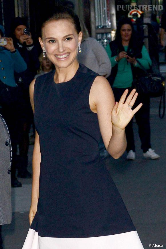 Natalie Portman mise sur une robe asymétrique Dior pour son arrivée au Late Show with David Letterman, à New York.