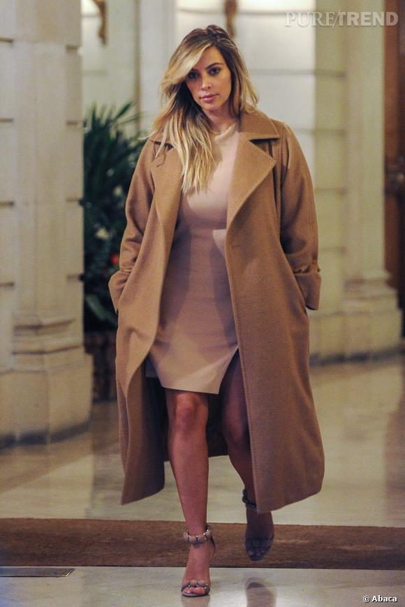 Kim Kardashian mise aussi sur des manteaux longs très chics.
