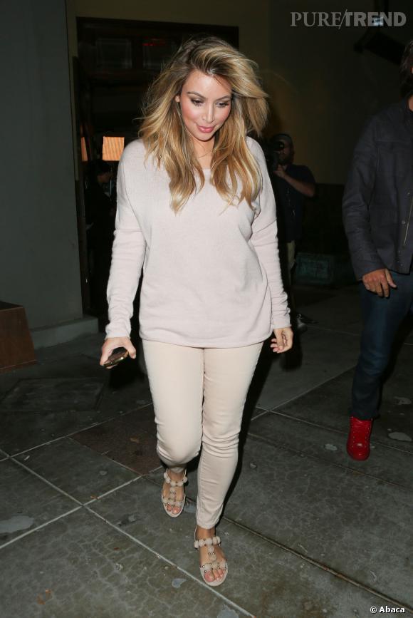 Kim Kardashian porte même des chaussures plâtes.