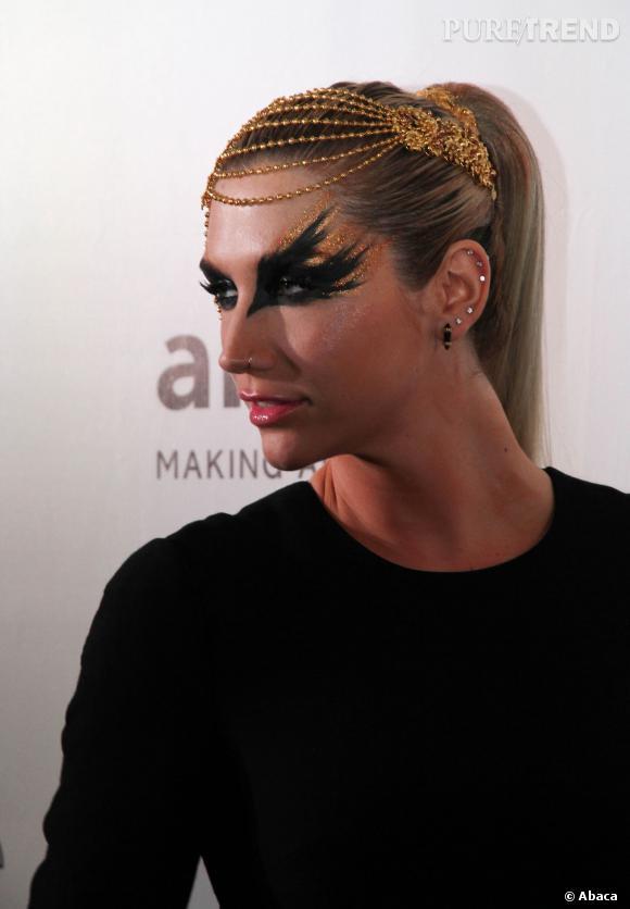 """Kesha s'essaye au smoky """"Black Swan"""" à l'amfAR. Pas très discret."""