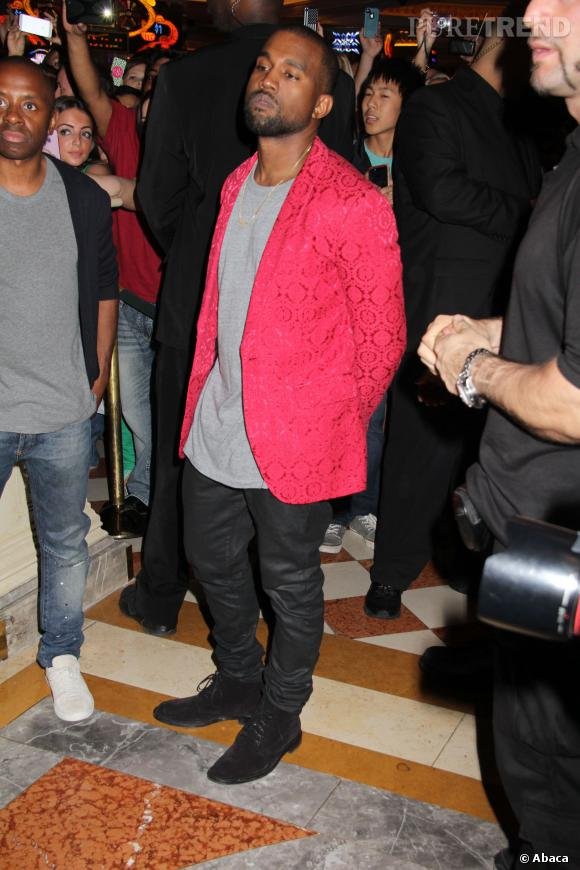 Rappelons que fin octobre, le rappeur avait déjà porté la même tenue. Kanye West recycle-t-il ses vêtements ?!