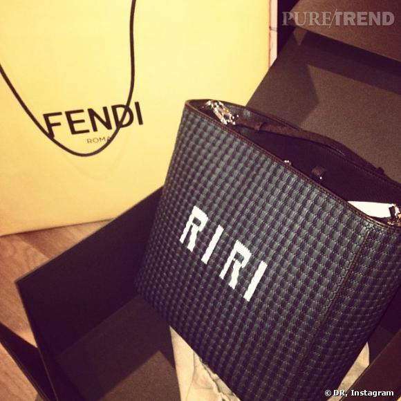 Fendi va plus loin et lui offre directement un sac à son nom.