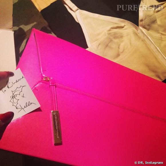 """Stella mcCartney, la """"Wifey"""" de Rihanna, lui offre une pochette rose fluo."""