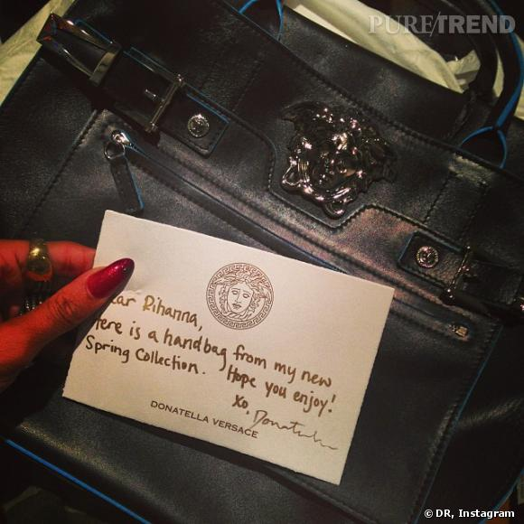 Donatella lui offre un sac de sa dernière collection.