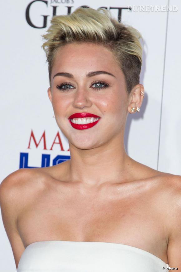 Miley Cyrus et son fond de teint mal étalé...