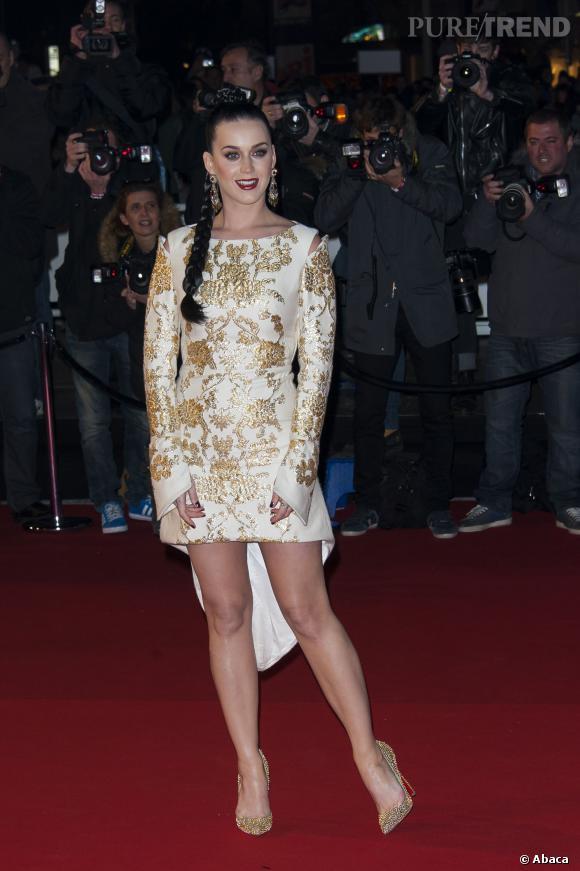 Katy Perry mise sur une robe asymétrique blanche brodée d'or aux NRJ Music Awards, samedi 14 décembre. Chic et tendance !
