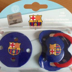 Rachel Legrain-Trapani a tweeté cette photo du premier cadeau de son fils, une tétine footballistique.