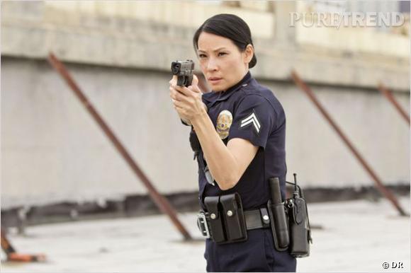 """Lucy Liu a également joué dans la série """"Southland"""". Regard de tueuse et pistolet : gare à vous !"""