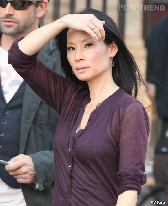 """Lucy Liu sur le tournage d'""""Elementary""""... Son regard en dit long !"""