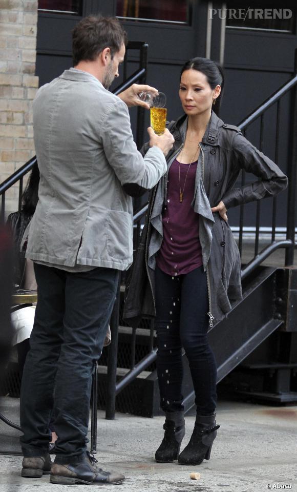 """Lucy Liu et Jonny Lee Miller sur le tournage d'""""Elementary""""."""