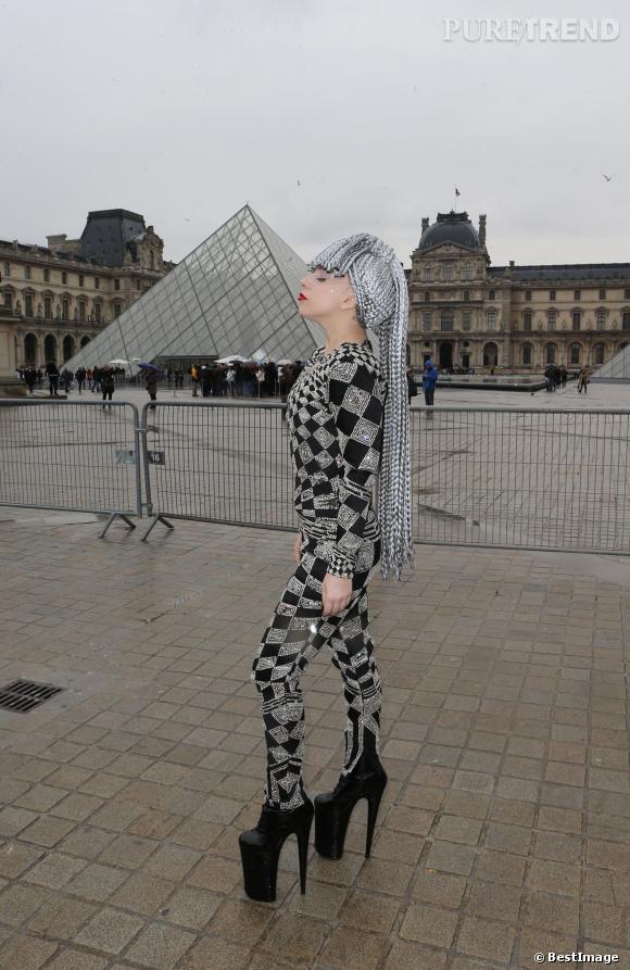 Lady Gaga délirante et en transe, elle pose devant le Louvres, le 20 janvier 2014.