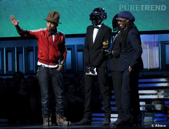 Daft Punk ont hoché la tête ayant revêtus leurs casques et laissent Pharell Williams faire l'interprète.