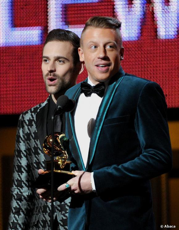 Maklemore et Ryan Lewis viennent chercher leurs grammy sur scène, toujours aussi stylés.