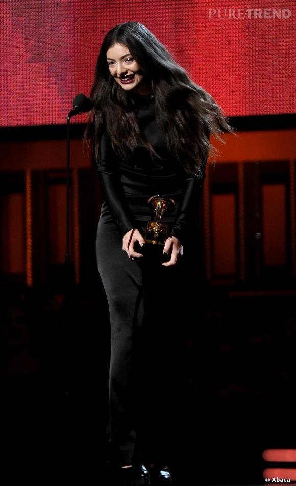 La chanteuse de 17 ans, Lorde, remporte deux prix avec émotions pour les Grammy Awards.