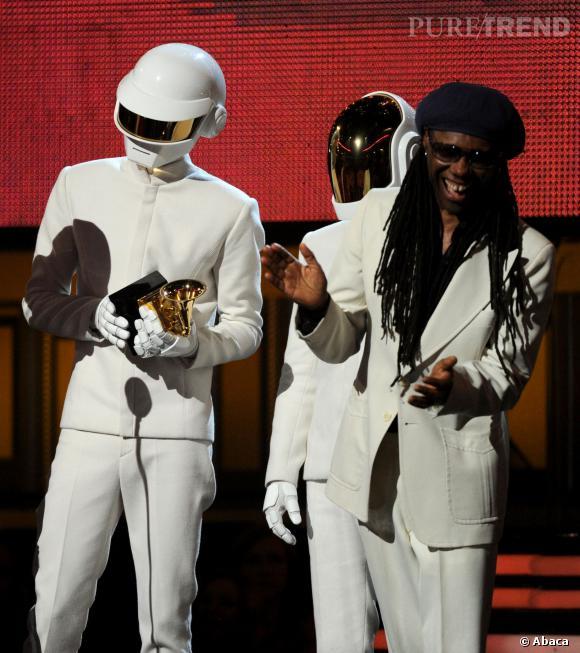 Daft Punk reçoivent leurs prix sur scène en hochant la tête pour remercier le public.