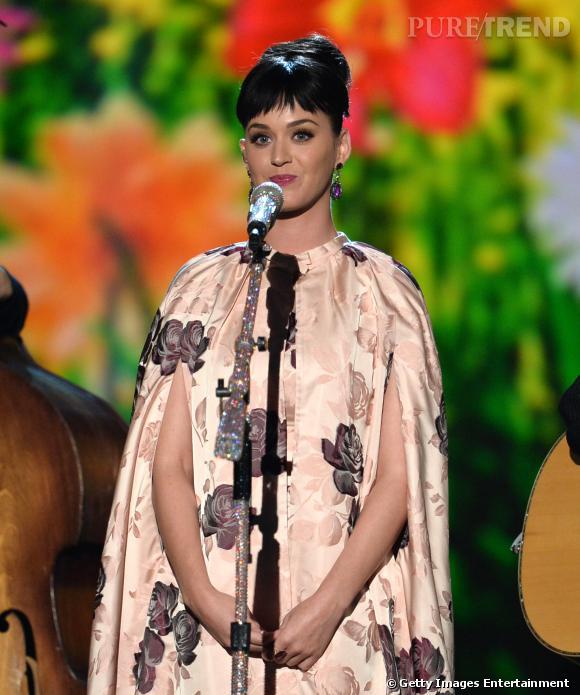 """Katy Perry donne l'impression d'une coupe au bol avec les cheveux ainsi relevé lors de la soirée """"The Night That Changed America""""."""