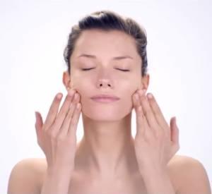 Massage du contour des lèvres by Shiseido