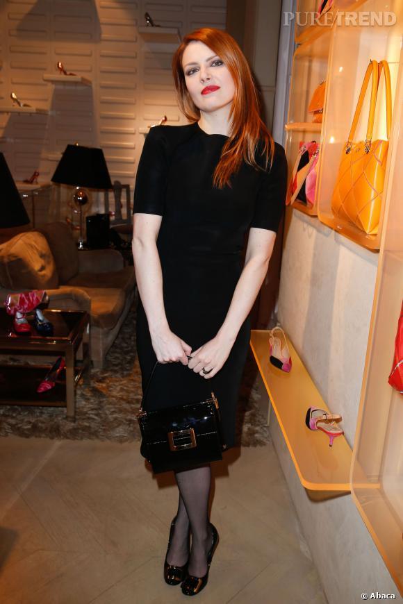 En petite robe noire, Elodie Frégé était élégante hier soir à la Maison Roger Vivier.