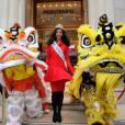 Flora Coquerel pose avec les dragons du Nouvel An chinois.