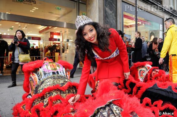 Flora Coquerel, tout sourire devant Le Printemps pour fêter le Nouvel An chinois.