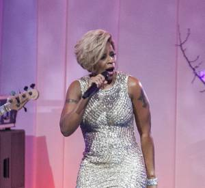 """Mary J. Blige porte son choix sur la chanson de Brel """"Ne Me Quitte Pas"""" en l'honneur du Président Français, une ironie du sort qui met mal à l'aise suite à la rupture entre François Hollande et Valérie Trierweiler."""