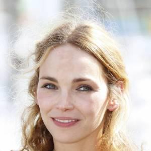 Claire Keim, un maquillage qui souligne parfaitement les yeux clairs de la chanteuse et comédienne, en 2010.