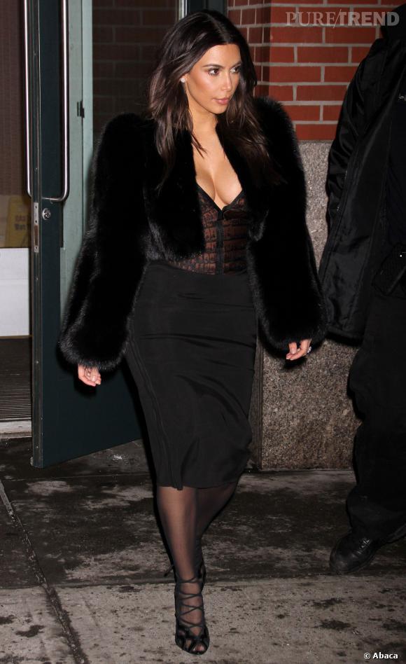 Kim Kardashian préfère quant à elle dévoiler ses courbes et sa poitrine.