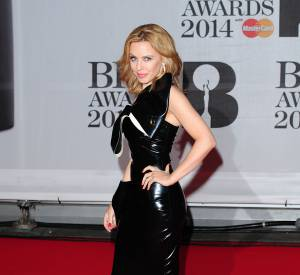 Kylie Minogue, super sexy aux Brit Awards 2014 avec une robe en latex.