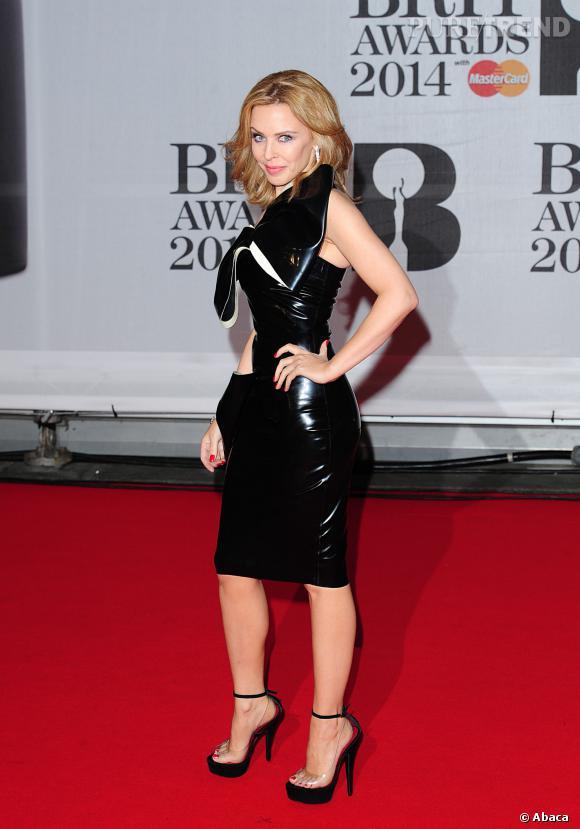 Kylie Minogue, super sexy aux Brit Awards 2014 avec une robe en latex.