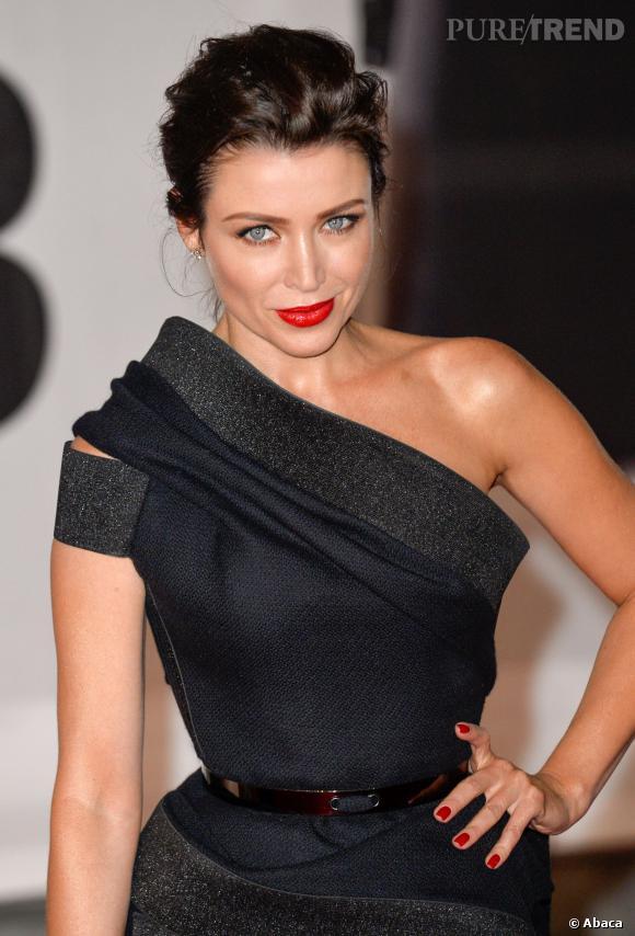 Dannii Minogue met en valeur sa taille fine dans une robe J'Aton Courture.