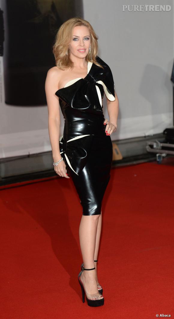 Kylie Minogue, 45 ans, opte pour une robe en latex.