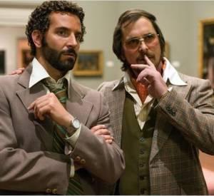 """Bradley Cooper et Christian Bale dans """"American Bluff"""", deux acteurs nominés aux Oscars 2014."""