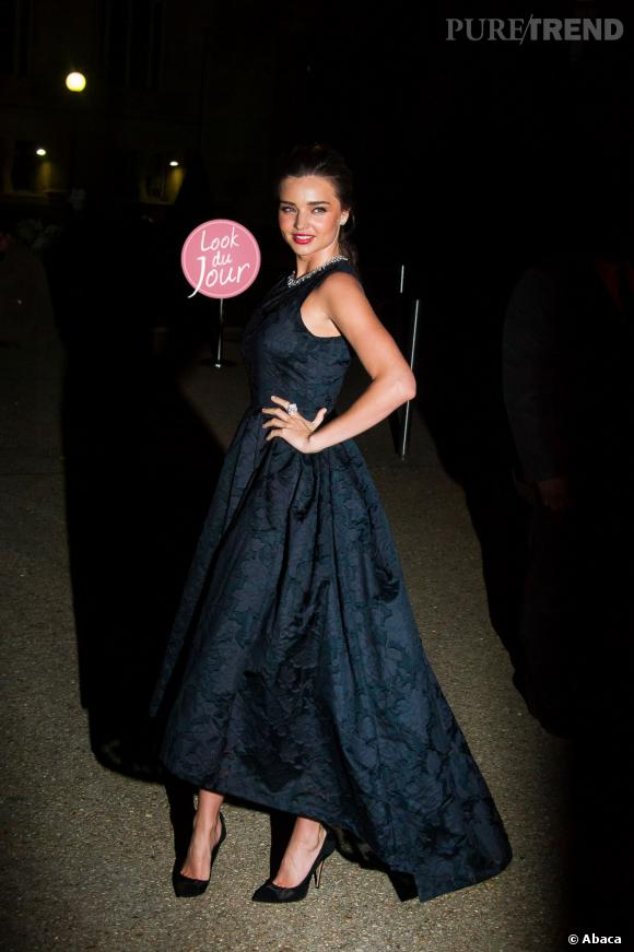 Miranda Kerr en robe noire asymétrique au défilé H&M Automne-Hiver 2014-2015.