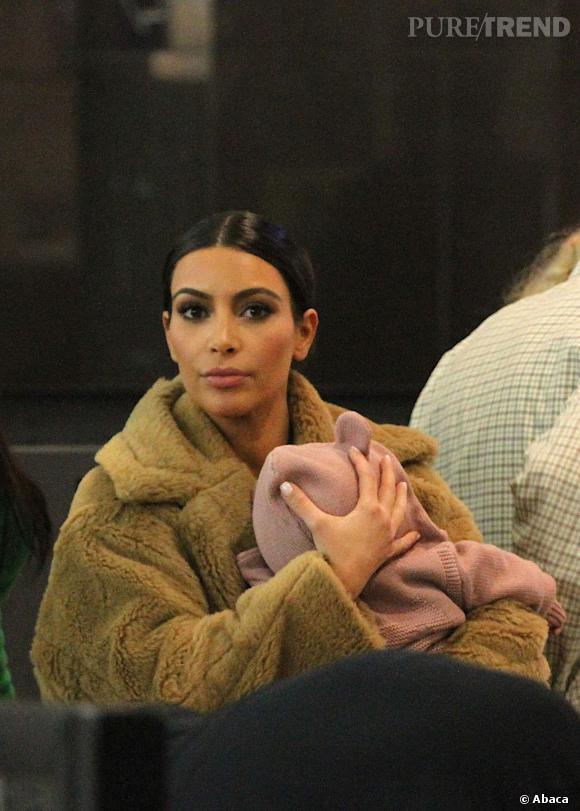 Kim Kardashian et North West à l'aéroport JFK à New York.