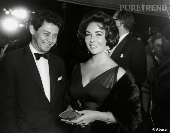 Elizabeth Taylor et ses boucles d'oreilles chandelier. Initialement composées de morceaux de verre, son troisième mari Mike Todd les fit remplacer par de véritales diamants dans les années 50.