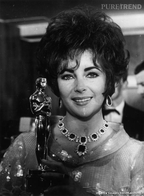 """Elizabeth Taylor parée d'un collier Bulgari en émeraudes et diamants offert par Richard Burton durant le tournage de """"Cléopâtre""""."""