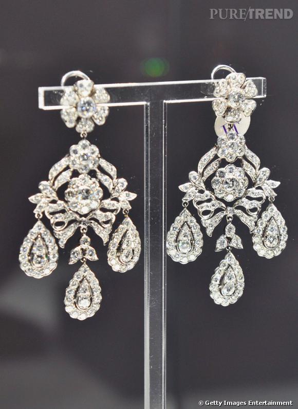 Les boucles d'oreilles chandeliers en diamants.