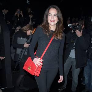 Anouchka Delon, un sac rouge pour pimenter son look !