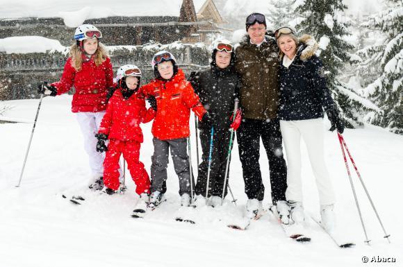 Joli tableau de famille pour la Reine Mathilde et le Roi Philippe de Belgique en vacances au ski en Suisse, le 3 mars 2014.