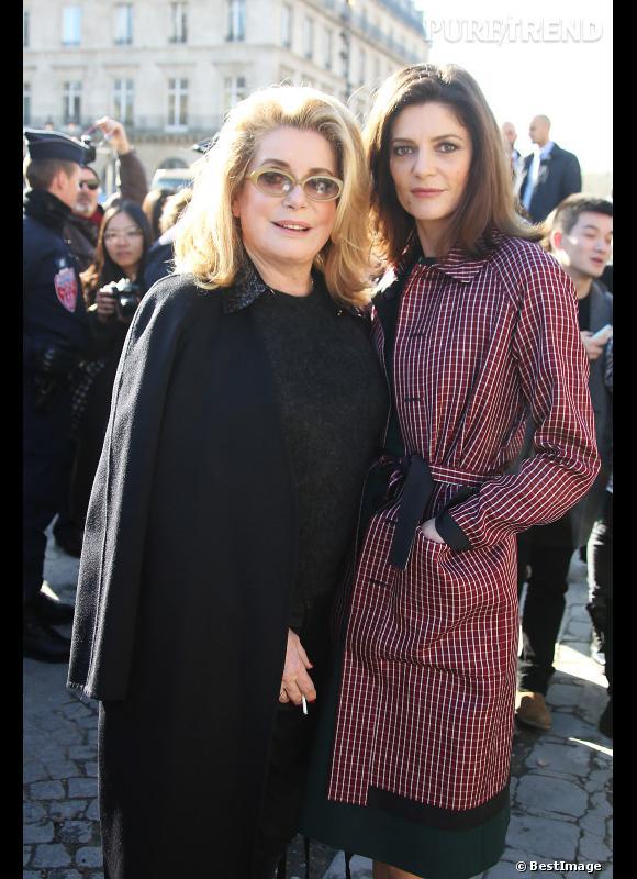 Catherine Deneuve et sa fille Chiara Mastroiani profitent des rayons du soleil parisien en cette semaine de Fashion Week.