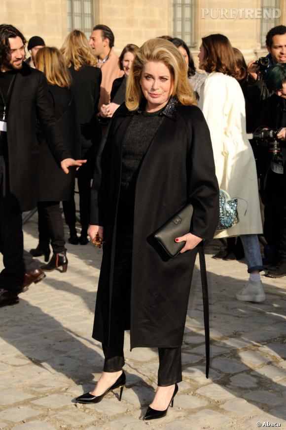 Catherine Deneuve en total look noir très chic pour Louis Vuitton.