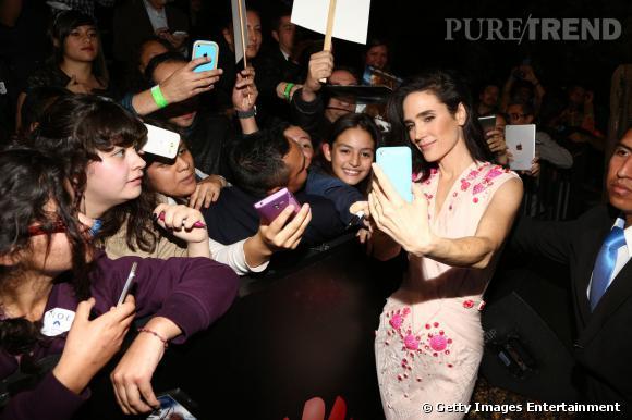 Jennifer Connelly en plein selfie avec ses fans.