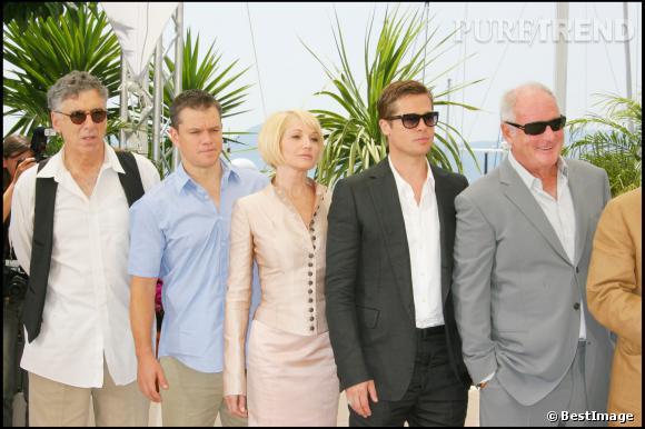 """Matt Damon avec une partie de l'équipe du film """"Ocean Thirteen"""", dont Brad Pitt, au 60ème Festival de Cannes en 2007."""
