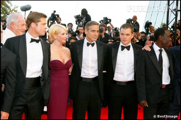 """Brad Pitt, Ellen Barkin, George Clooney, Matt Damon et Don Cheadle lors de la montée des marches du film """"Ocean Thisteen"""" au 60ème Festival de Cannes en 2007."""