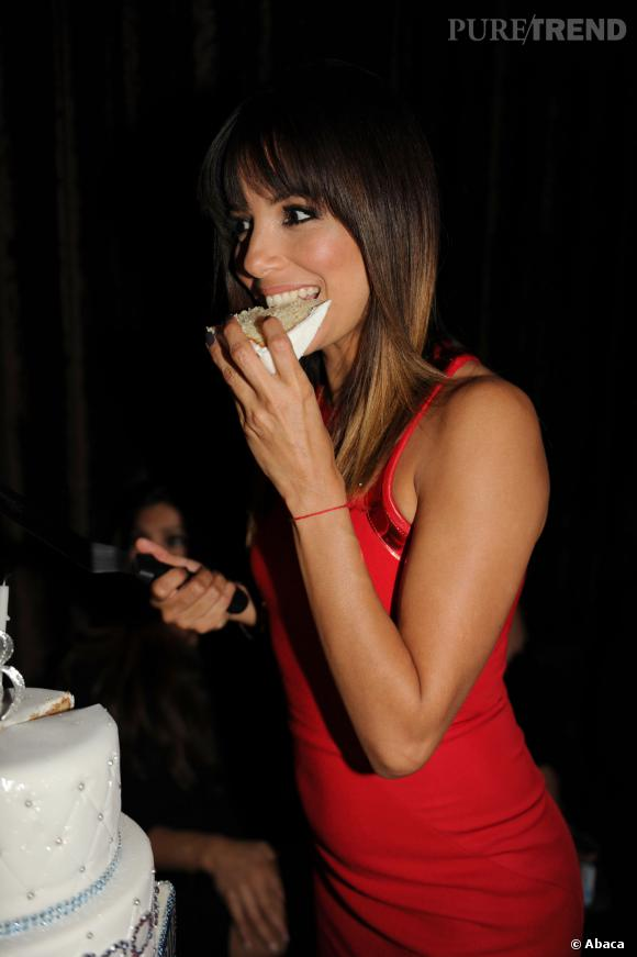 Eva Longoria, la birthday girl ne se prive pas de gâteauce vendredi 14 mars 2014.