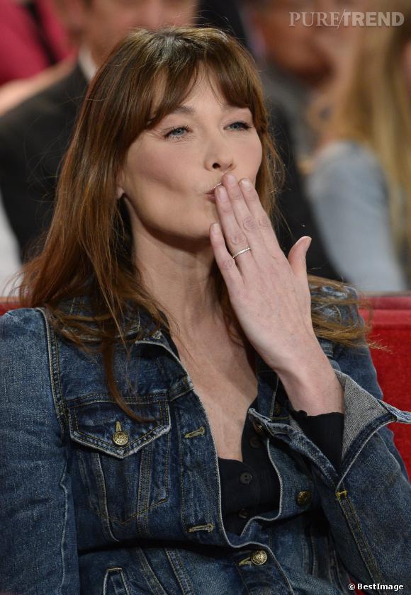 Carla Bruni, lumineuse sur le plateau de Vivement Dimanche, émission diffusée le 23 mars 2014,au côté de Michel Drucker.