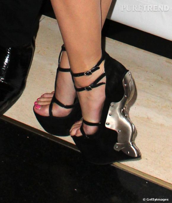 Les compensées en métal Alexander McQueen de Katy Perry en 2012.