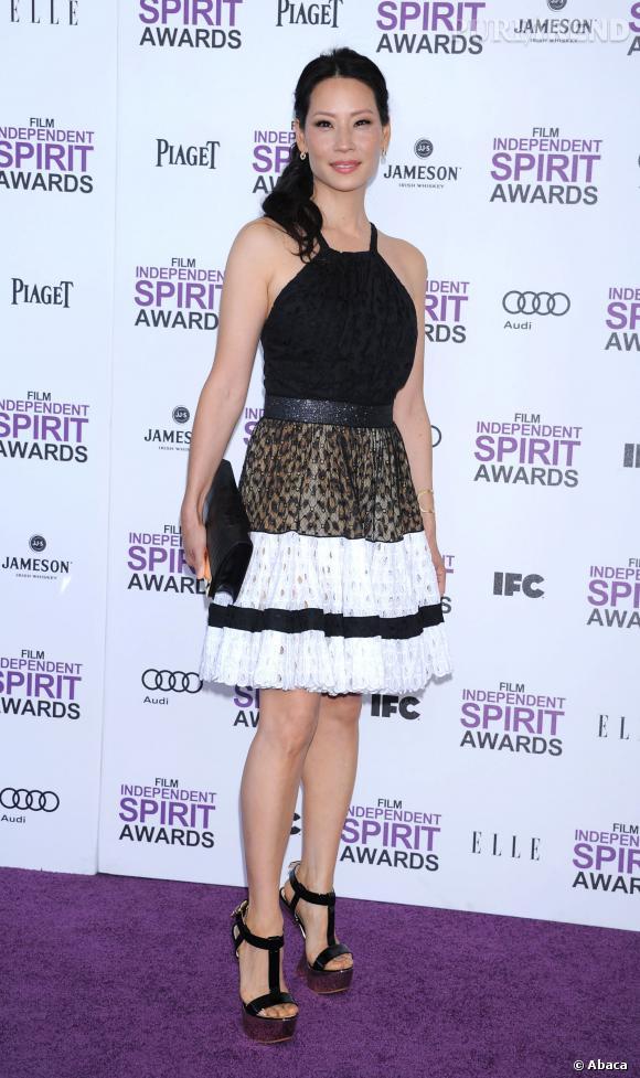 Lucy Liu a gagné quelques centimètres sur le red carpet des Independent Spirit Awards 2012.