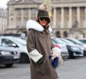 Anna Dello Russo ajoute une pointe de ouleur à son look en 2014.