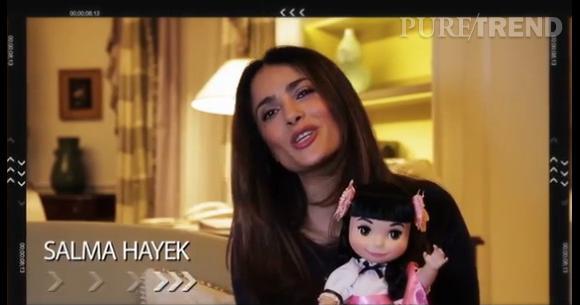 """Salma Hayek chante """"It's A Small World"""" pour célébrer l'anniversaire des poupées le 10 avril 2014."""